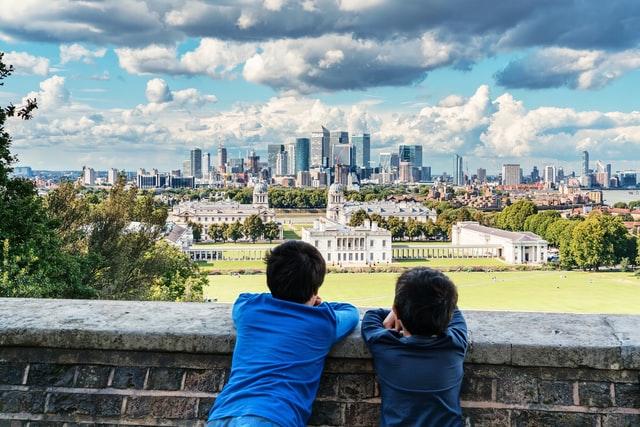 jóvenes viendo paisaje Dia Medial sobre el Desarrollo