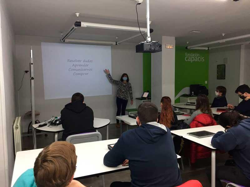 Jóvenes de la Fundación Capacis aprenden a buscar información en la red con nuestro taller gratuito
